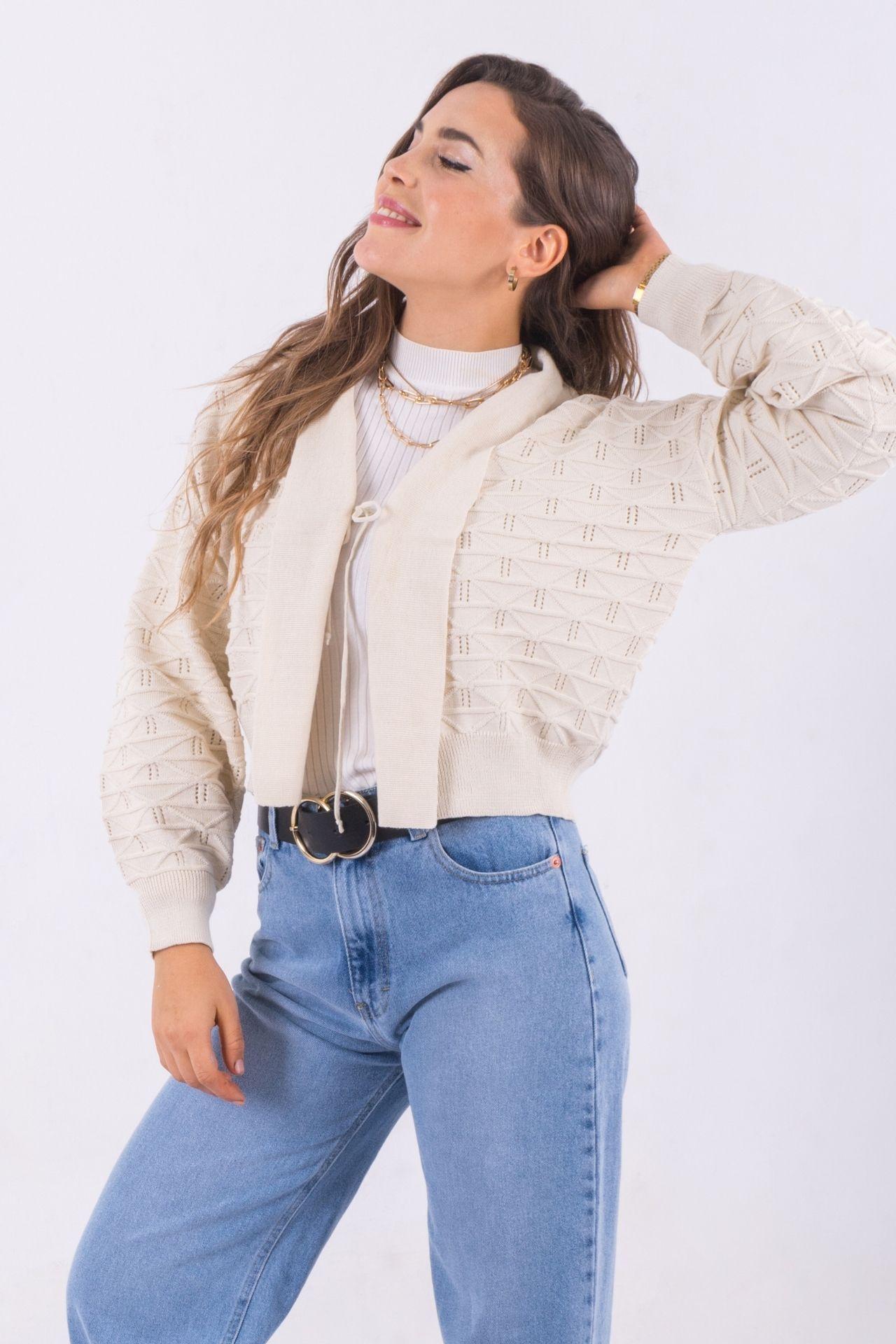 El cardigan Camila es una pieza clásica con una personalidad única. Súper cómodo y perfecto para esta temporada del año! Disponible en color hueso y mostaza
