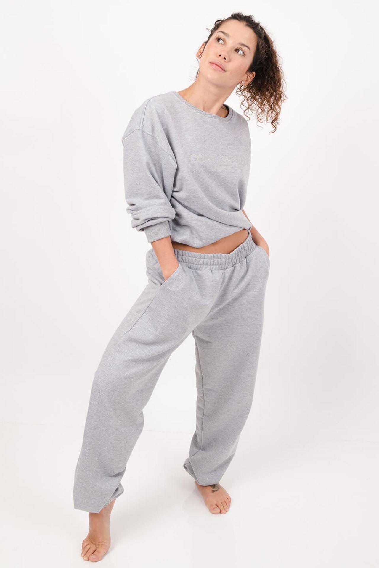 Set 2 piezas. Crew neck y jogger al tobillo. Sweatshirt con bordado adelante. Franela 3 hilos.  Composición: 100% algodón.