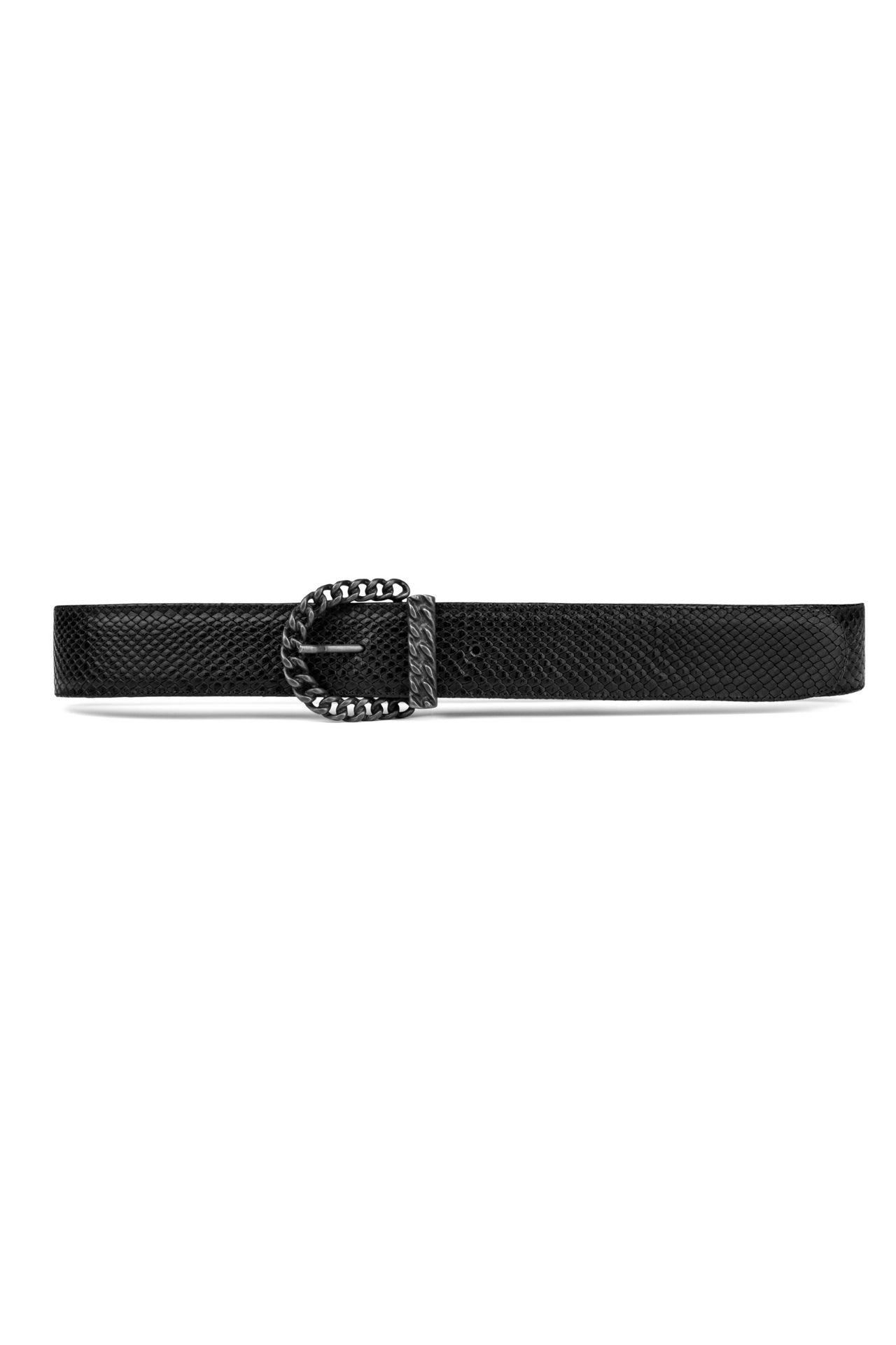 El tono cinnamon del estampado phyton, los detalles en negro y la hebilla oscura mate, convierten este cinturón en el complemento más deseado.  Largo:1MT- 2MT