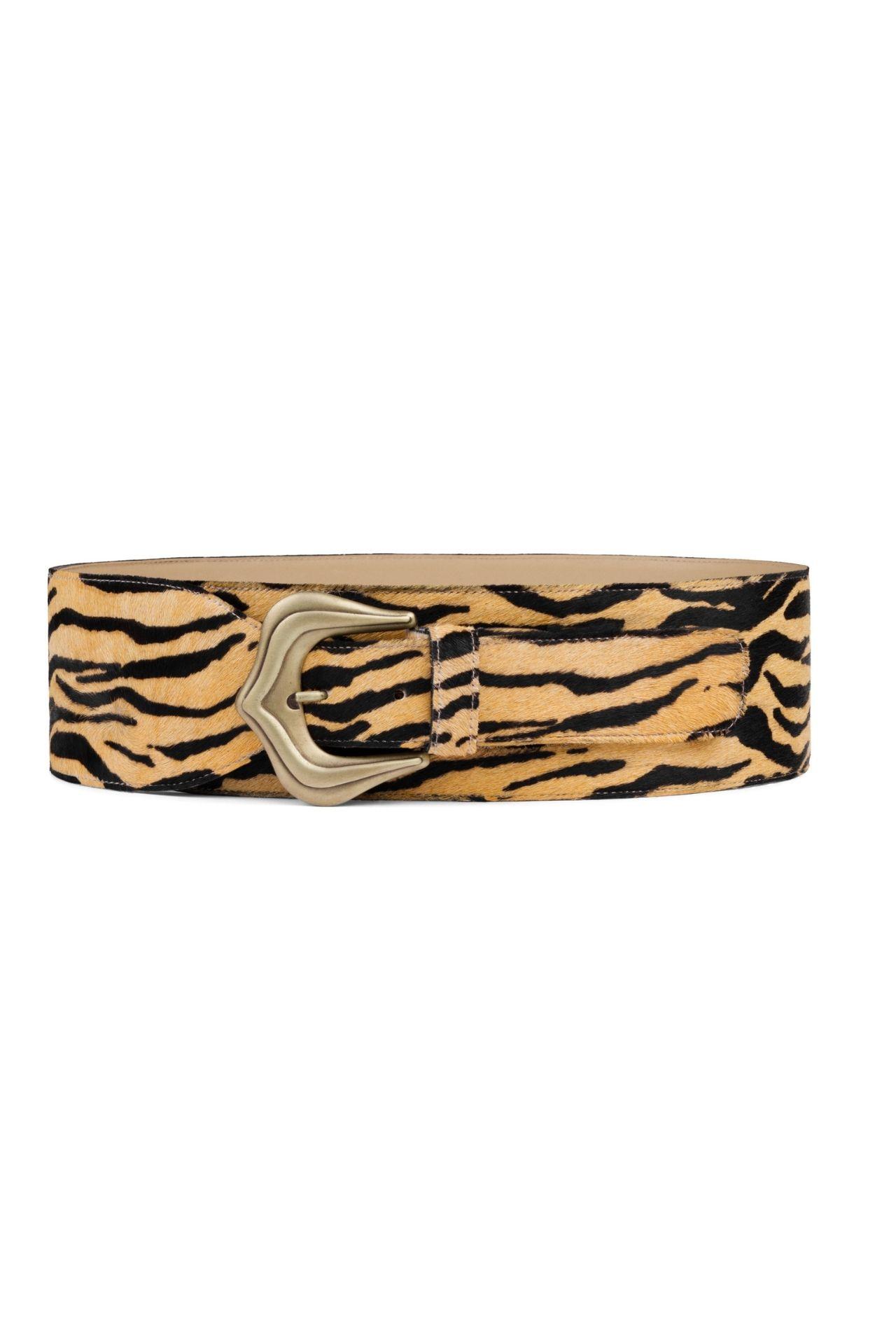 Esta versión con estampado tiger es osada, inquieta y su hebilla de bronce da el toque justo de brillo.  Largo:1MT- 2MT