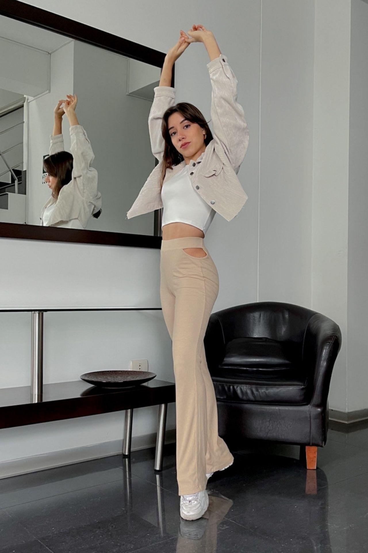 Pantalon Loui con abertura de escote a los lados de la cadera. Material Rib algodón  Cadera: 22 cm  Largo:1,5 cm