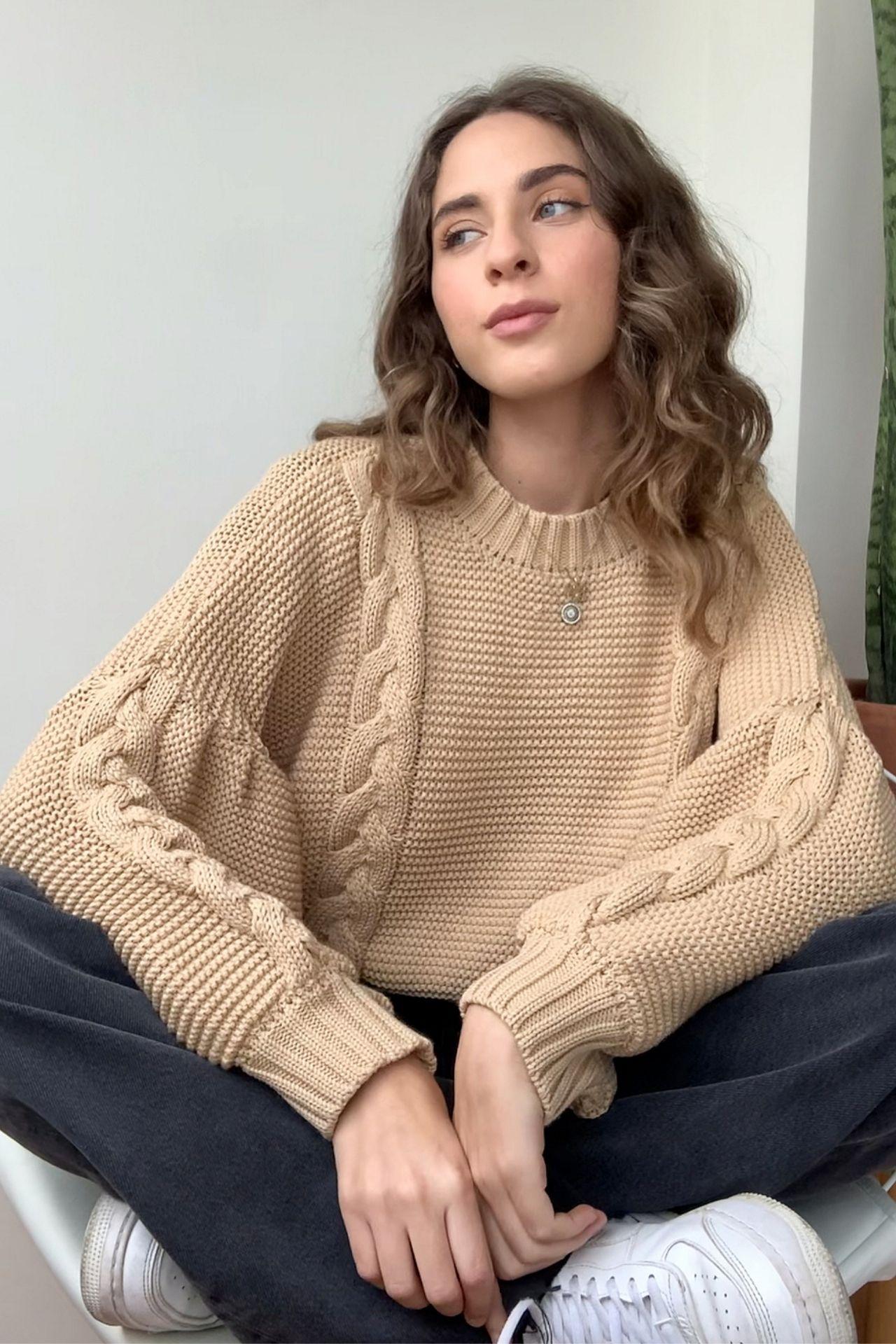 Bello sweater, punto trenzado, diseño con mangas amplias. Material: Hilo algodón peruano.  Busto:86-95 cm