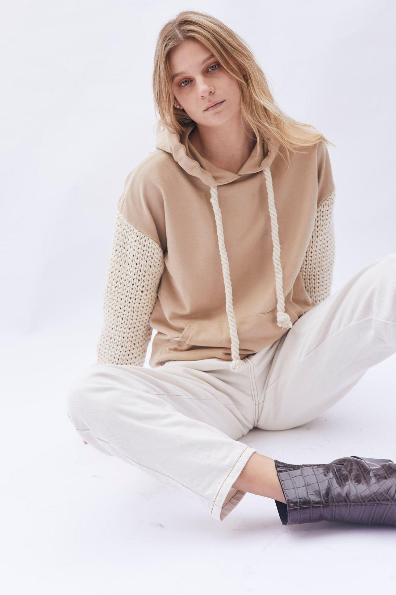 Sweatshirt de 100% algodón con mangas tejidas a mano.  Fit Oversize.