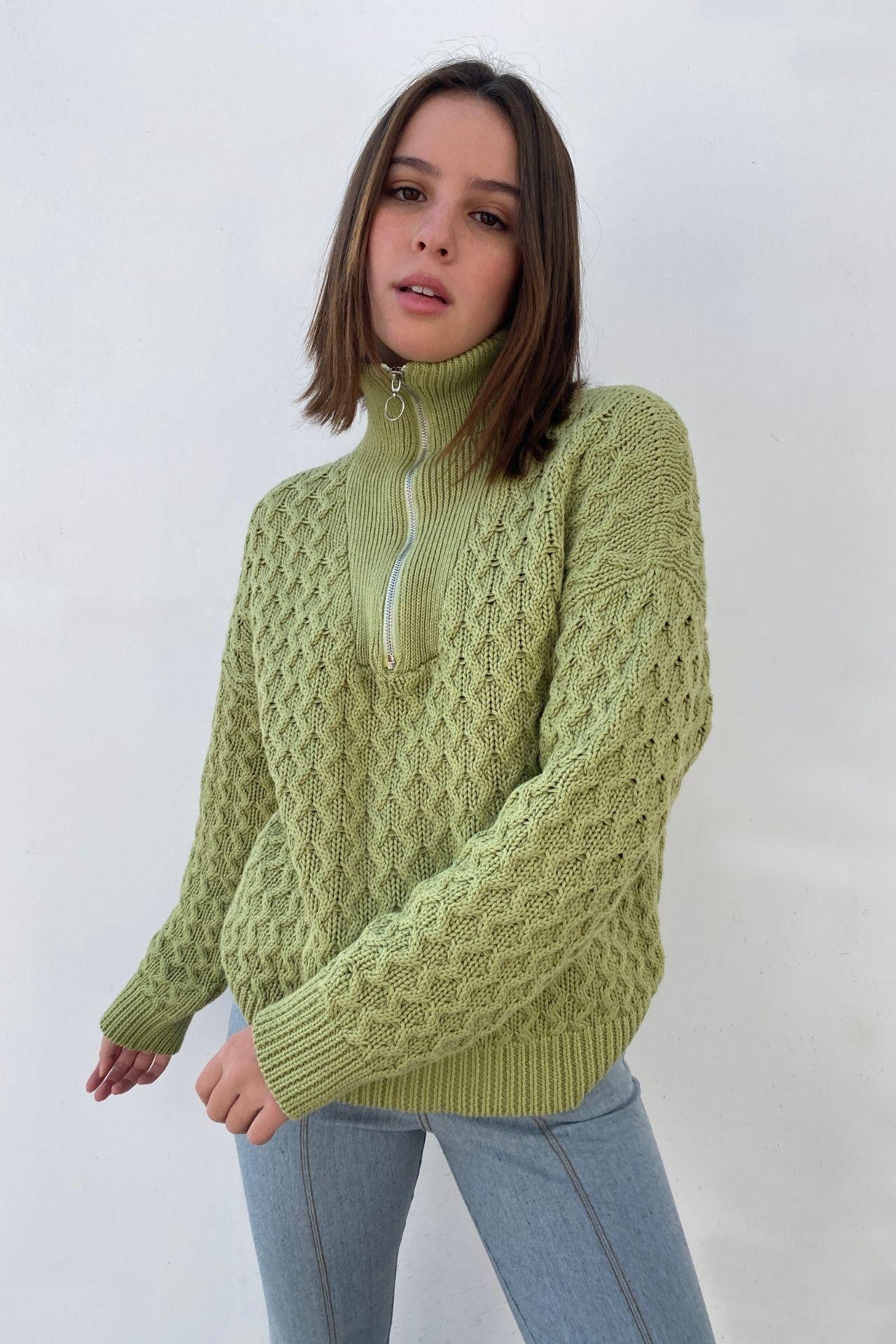 Chompa tejida en 100% algodón peruano.  Cierre metálico y cuello alto. Talla Standard.  Fit Oversize.