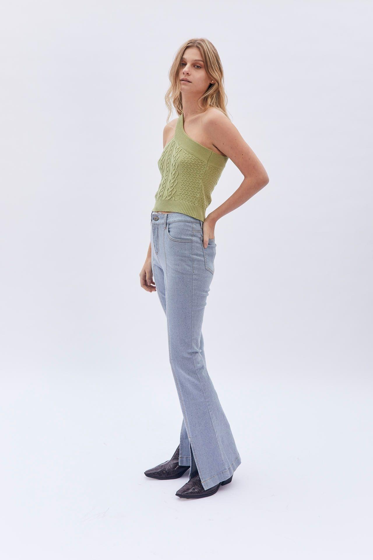 Jean hecho de 100% materiales reciclados.  Flare con abertura delantera.